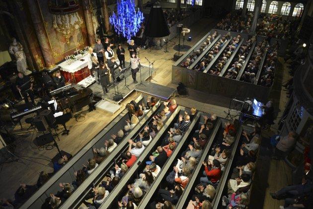 FJORÅRETS KONSERT: Publikum satt tett i tett under Kirkens Bymisjons konsert  i fjor.  Foto: Eigil Kittang Ramstad