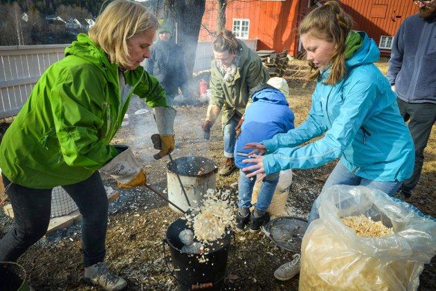 Midt i røyken: Det blir varmt når kulturskole-lærer Ingegjerd Mandt hjelper til med Jenny Grimkelsrud Cowles skulptur i raku-prosessen.