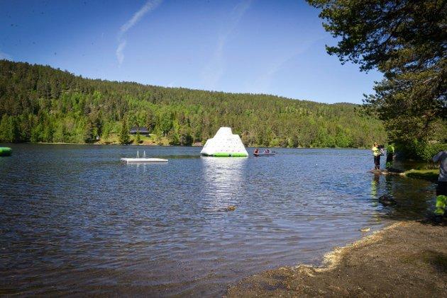 """Svært """"isfjell"""" skal gi bademoro på Kjennerudvannet."""