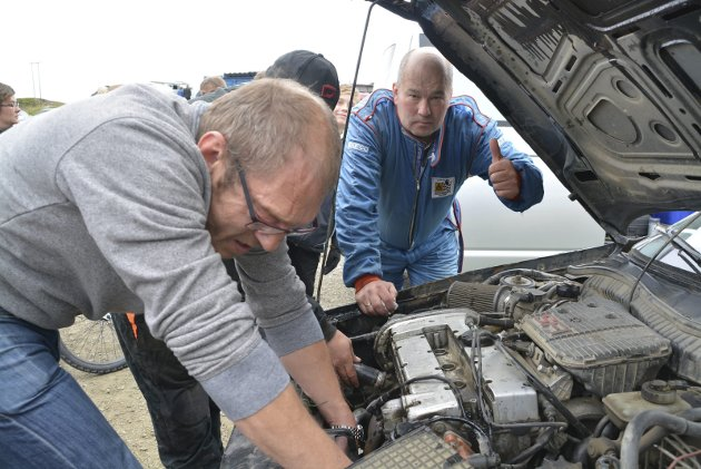 Tommel opp: Etter rundveltet, ga Frode Olsen tommelen opp for videre kjøring bare han fikk orden på bilen. Foto: Geir Inge Winther