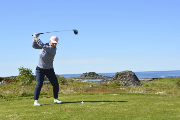 Golfer: Lofoten Golfklubb arrangerte lørdag og søndag NNM i golf for lag. En av golferne som koste seg i finværet på Gimsøy var Benedicte Solli Larsen fra Narvik Golfklubb. Alle foto: Geir Inge Winther