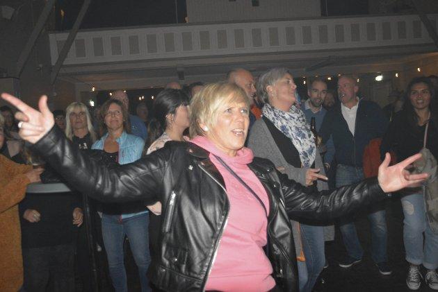 Party: Veronica Torkildsen digget musikken på Henningsvær Ølfestival.