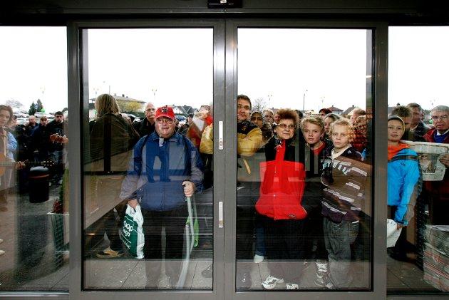 Folk i kø venter på at dørene på det nye Rygge Storsenter skal åpne (2007)