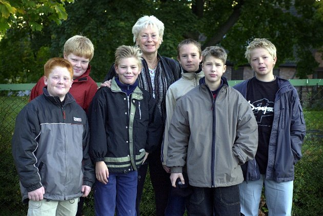 2001: Lærer Anne Lise Jølberg og elevene (fra v.) Joachim Ness Thu, Simen Østad, Fredrik Sørlie, Jørgen Syversen, Henning Østvang (bak) og Paal Skovdahl forberedte den offisielle innvielsen av «nye» Krapfoss skole og markedet «Krapfoss-mart'n».