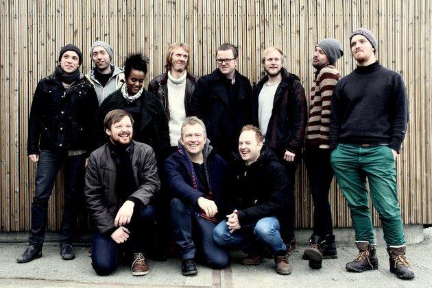 Ole Morten Vågan, nede til venstre, sammen med ei strålende utgave av Trondheim Jazz Orchestra.