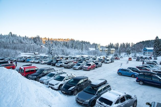 På parkeringa på Granåsen var det ganske fullt med biler lørdag