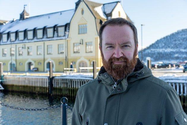 Troms Arbeiderpartis 3. kandidat Tom Einar Karlsen foran havnebygget i Harstad.
