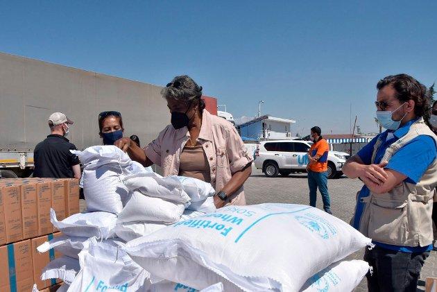Mat, medisiner og annen nødhjelp deles ut ved Bab al-Hawa på grensen mellom Tyrkia og Syria i begynnelsen av juni.