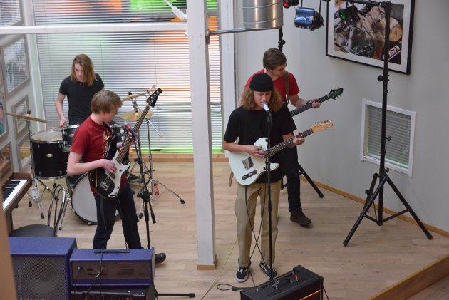 Bandet Bad Dog deltok på UKM med progressiv rock. Casper Dahl (17) på gitar og vokal, Brage Strøm (16) bass, Henrik Fosnæs (18) på trommer og David Føinum (21) på gitar. Karen Gjetrang