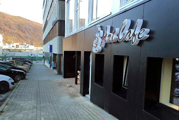 NY: Art cafe ligger i Odd Berg-bygget, like ved Prostneset i Tromsø sentrum. Lokalene er lune og koselige, kaffen er god, men maten nådde ikke helt opp. Foto: Marte Hotvedt.