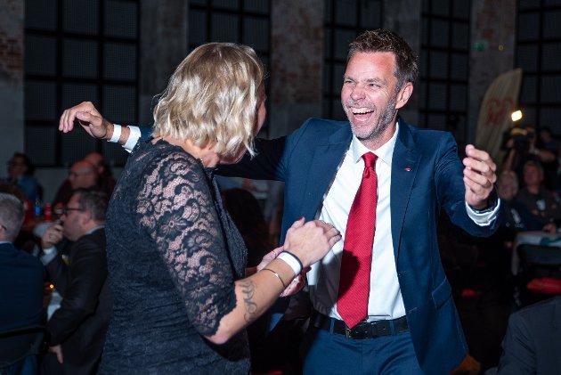 JUBEL: Maria Aasen Svendsrud og Truls Vasvik  (Ap) jublet på valgkvelden. Nå skal løftene innfris, skriver ØPs sjefredaktør.
