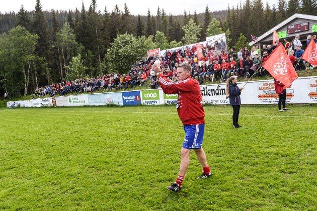 Lokaloppgjøret som hadde alt. Engerdal - Trysil FK endte 3-3 på Heggeriset Stadion og inneholdt alt.  Engerdal-trener Sven Erik Sætre på veg ut til kampen.