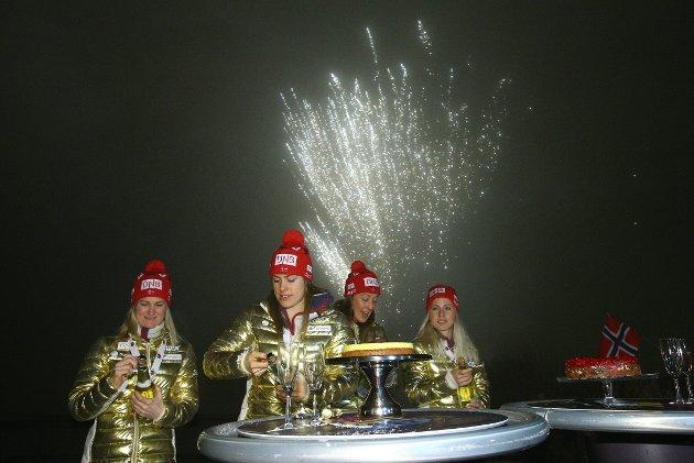 Norges gullmedalje på kvinnenes stafett i VM i Holmenkollen markeres fredag kveld. Foto: Audun Braastad / NTB scanpix