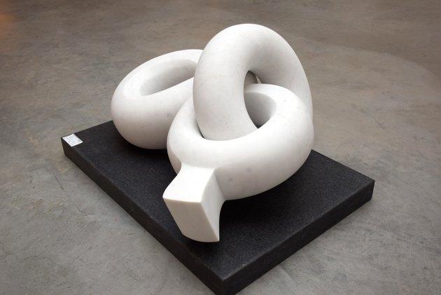"""Julia Vance stiller ut skulpturen """"&"""" hugget ut i hvit Carrarra-marmor."""