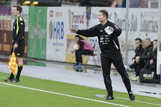 Det er ikke lett for Rune Skarsfjord å være trener når laget ligger sist i 1. divisjon og har enorme utfordringer med økonomien.