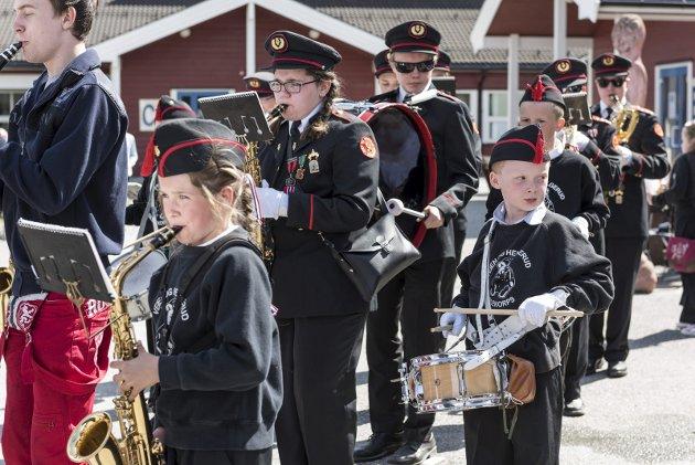 Veien og Helgerud skolekorps spiller opp foran skolen, på nasjonaldagen 2016.