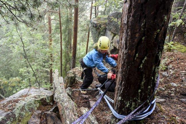 Espen Sparstad viser Wilma (8) hvordan de skal gå i en svært glatte og bratte fjellsiden
