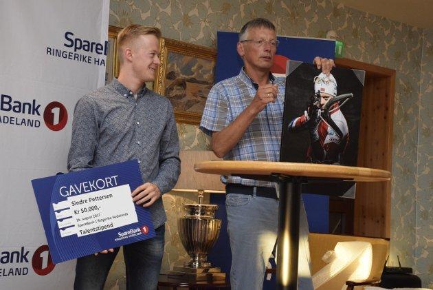 På ski: Sindre Pettersen fra Nittedal driver med skiskyting. Han fikk talentprissjekk på 50.000, diplom og bilde av Steinar Haugli fra Sparebankstiftelsen.