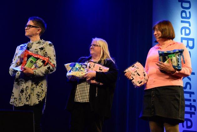100% damer: Ringerike Qvilteklubb fikk 20.000 i gave som skulle brukes til innhold i toalettmappene de forærer Krisesenteret. Disse tre fornøyde damene fortalte gjerne folket i salen om prosjektet.