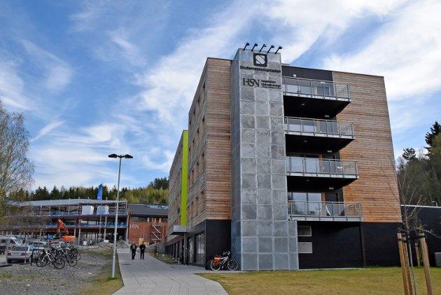 Byggearbeider: Det bygges og utvides på Campus Ringerike. Nå har skkolen fått status som universitet, og er dermed det tiende universitetet i Norge.