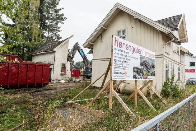 Da har rivingen av Hønengaten 44 startet. Både 40, 42 og 44 skal rives før byggingen av Hønengaten terrasse skal bygges.