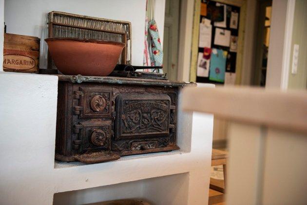 OVN: Den gamle ovnen på kjøkkenet er hentet ut fra låven på tomten og er nå satt opp som pynt på kjøkkenet. Skal ovnen kobles til for bruk må den restaureres og gjøres mer rentbrennende for å tilfredsstille dagens krav.