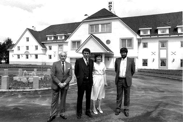 GRÜNDERNE: Arne (t.v.), Per, Tove og Frode Fjellheim viste fram sitt splitter nye herregårdshotell 10. juni 1985. Foto: Morgan Andersen