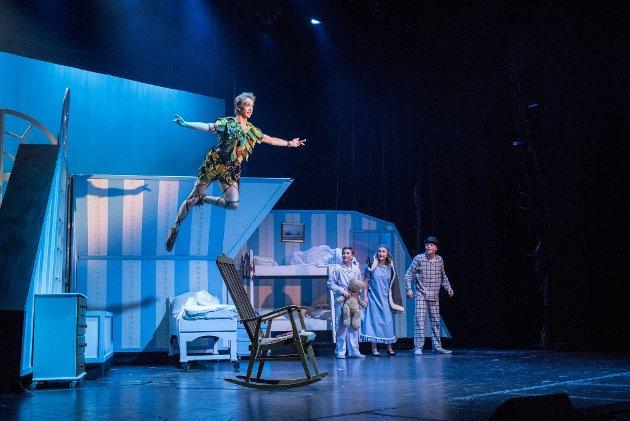 Svever høyt: Peter Pan tar med seg Wendy, Michael og John til Aldriland i musikalen «Peter Pan». Foto: Vidar Sandnes