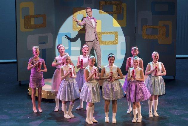 Pastellfarget musikal: Ole Martin Olsen Synnes er energisk og kraftfull i rollen som Corny Collins, i Romerike Musikkteaterskoles forestilling, som er full av pastell, flott lyslegging, dans og sang.Foto. Foto: Vidar Sandnes