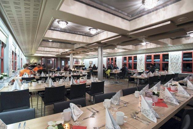 Festlokale: Når bordene i storsalen er pyntet, er det et åpent, lyst og flott festlokale. Til hverdags har det et noe mer preg av kantine, men det er fortsatt lyst og åpent. Rutete vinduer og «brutte takkonstruksjoner» gir salen et mer intimt preg.Alle foto Vidar Sandnes