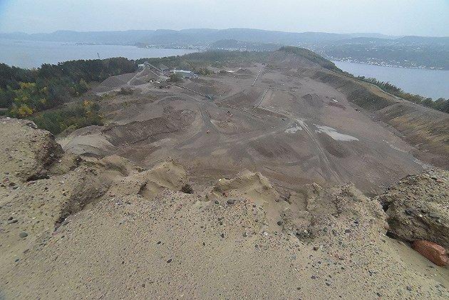 Oversiktsbilde av Svelviksand AS slik det fremstår i dag sett fra høyeste punkt av sandtaket. Til høyre i bildet ser vi Drammensfjorden, der den meget omstridte nitti meter lange midlertidige bryggen kan bli plassert.