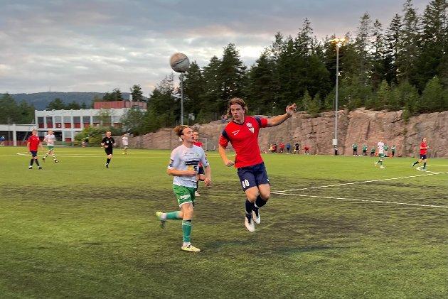 INNSATS:  Eirik Bøen Siem fra Sande/Berger i kamp om ballen.