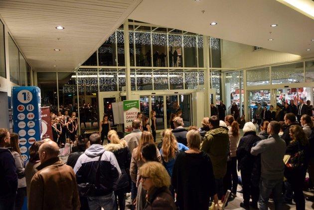 Ragnes Danseskole åpner luke nr. 21 i Hvalkjæftens julekalender på Hvaltorvet.