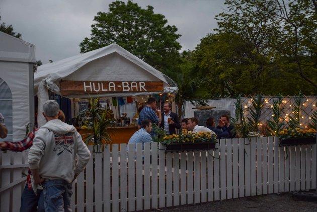 Nyvinngen Hula-Bar på utsiden er åpen før og etter allsangen.