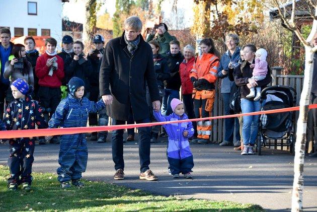 KLAR: Barna og Ordfører Bjørn Ole Gleditsch åpnet ved å springe ned  båndet som en markering at lekeplassen var åpnet.
