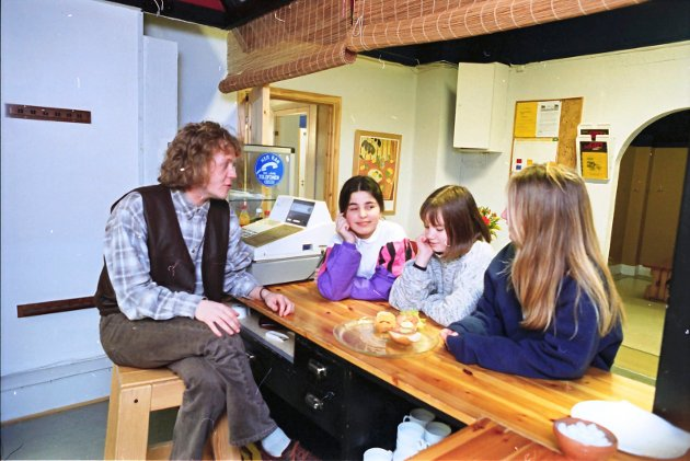 20. februar 1995:    Bryderiet Café åpnet i går kveld.  Hilde Skeie (fra høyre), Marie Ødegård og Ana Ruzik tok turen innom Bryderiet Café i går kveld. Klubbarbeider Per Arne Søderstrøm holder dørene åpne hver ukedag