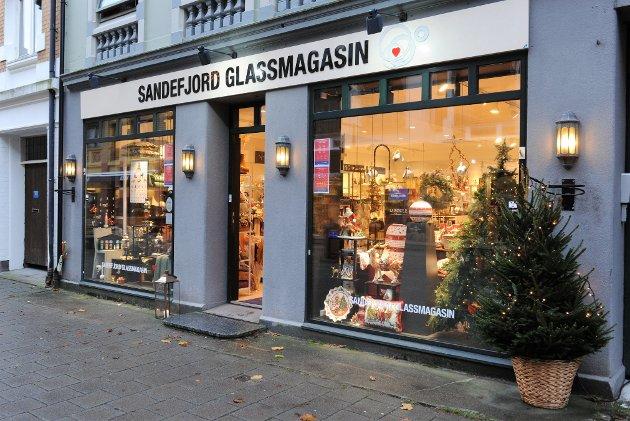 JULESTEMNING: Sandefjord Glassmagasin AS i Kongensgate er klar for årets julevindu-dekorasjon-konkurranse. Liker du dette best - stem på nummer 1.