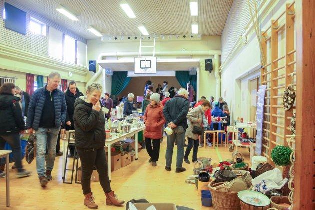 Travelt: Det var mange mennesker som tok turen innom Tenor skole på Slitu. lørdag. Her holdt skolekorpset loppemarked til inntekt for tur til Sveits.