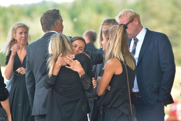 Heidi Weng gir Therese Johaug en klem. I bakgrunn: Kristin Størmer (t.v)