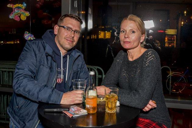Knut Kopperud (41) og Lise Evjen (46) koser seg på konsert med Magnus Berg og band.
