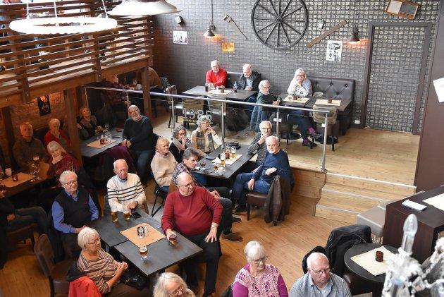 FULLT: Det var mange som hadde tatt turen for å få med seg jazzcaféen.