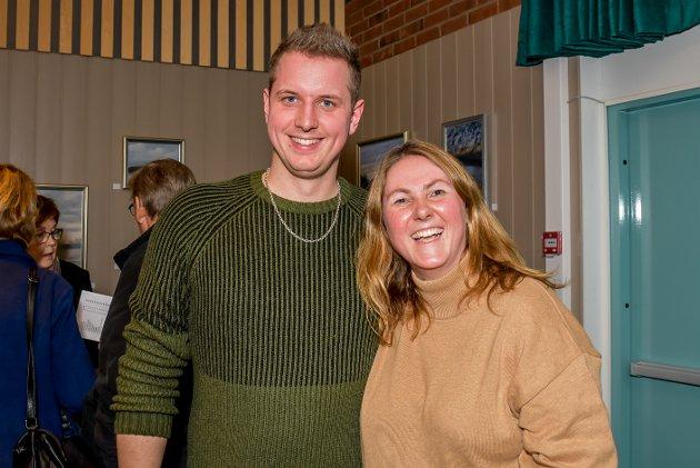 Gunn Louise Borgen (43) er datteren til kunstneren. Her står hun sammen med fetteren sin, Thor Ole Borgen (31). Begge er imponert over kunstnerens produktivitet.