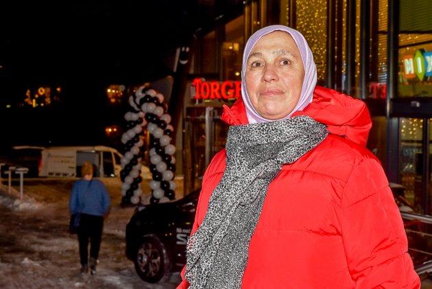 Guler Gesin stilte seg i kø foran hovedinngangen til Askimtorget like etter klokken halv 8.