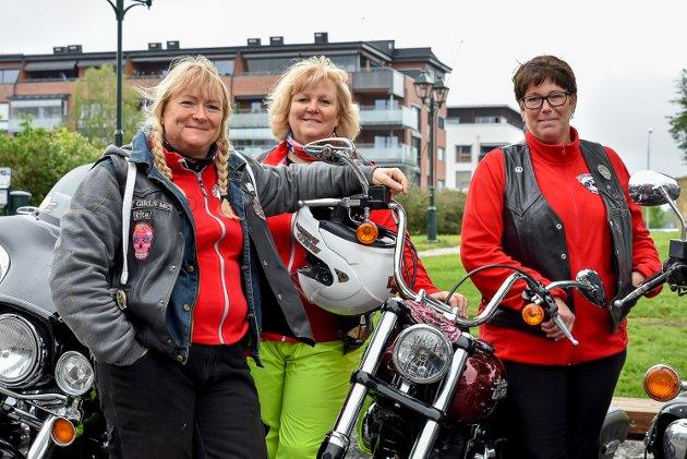 – Jeg bare elsker lyden av en Harley Davidson, det gir meg et sug i magen, smier Rita Tangen (51, t.v.) og klapper på sin Harley Davidson Street Bob. Her står hun sammen med Julianne Torp (53) og Bjørg Wang-Henrichsen (50, t.h.).