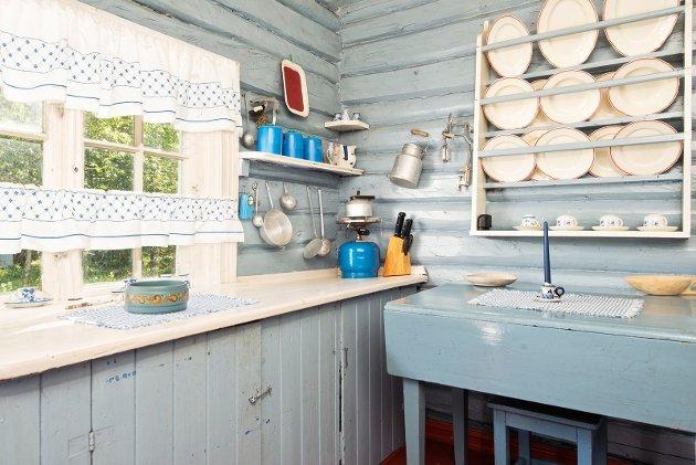 KJØKKEN: Kjøkkenet er malt i lyseblått.