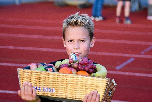 VANT FRUKTKURVEN: Max Huse (8) var den heldige vinneren fruktkurven i Glavamila. Mest glad var han over frukten, for sjokolade er han ingen stor fan av.
