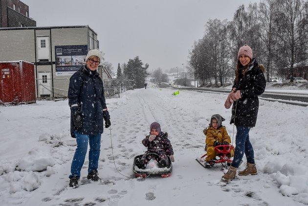 Nina Hagerud og Margun Hagerud tok med seg to barn de passet, på en kort tur i Spydeberg.