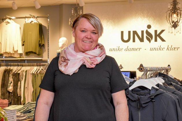 Marianne Frøland driver Unik på Askimtorget. Hun forklarer at den siste tiden har vært tøff. – Noen kunder kommer innom og handler for å støtte meg, det synes jeg er utrolig rørende, smiler Frøland, som også er i ferd med å åpne nettbutikk.