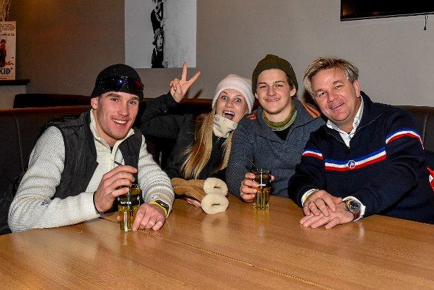 – Vi må jo være her å støtte oppom Rune, noen ganger går jeg opp og synger med ham, gliser Henning Solberg. Her sitter han sammen med Halvor Holtet (f.v.), Olivia Solberg og Preben Mon.