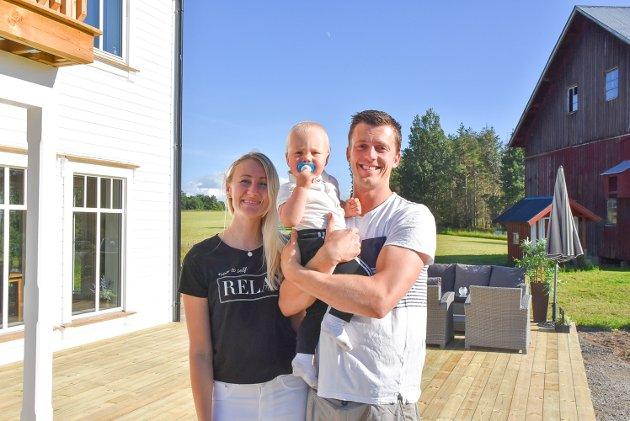 FORNØYDE: Cindy (26), Julian (1) og Øystein (27) er storfornøyde med at huset endelig er ferdig.